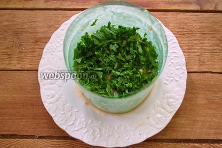 Мелко измельчите пучок петрушки. Старайтесь использовать только листики. Слой зелени выложите сверху на салат.