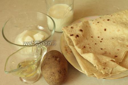 Для приготовления пирожков надо взять тонкий лаваш, молоко, йогурт, растительное масло, картофель и соль.
