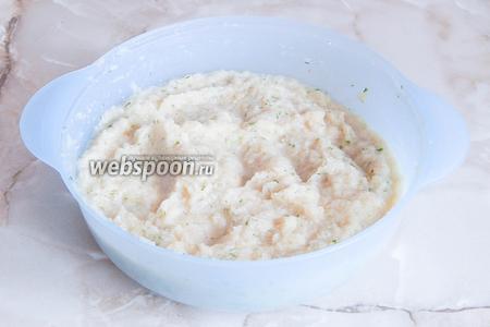 Перемешаем тесто и даём ему постоять около 15 минут, чтобы манка набухла.