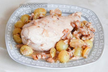 Вот и всё — курица с виноградом готова! Она получается ароматной, сочной и нежной. А главное — готовится очень быстро и просто! Гарнира не нужно — виноград с орешками прекрасно дополняют куриное мясо.