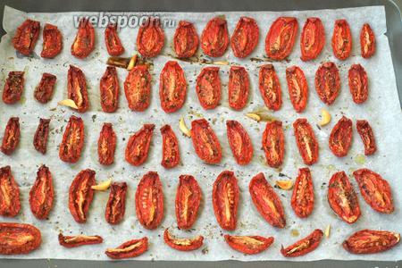 Включить духовку на 100°С с конвекцией и сушить помидоры 3,5-4 часа. Для заморозки томатов этого времени вполне достаточно. Если ваша духовка без конвекции, то время сушки увеличится до 6-7 часов при той же температуре, только дверцу духовки тогда следует приоткрыть.