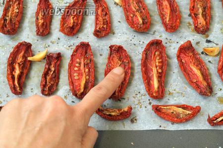 Проверить готовность томатов можно простым надавливанием на мякоть пальцем — если жидкость не выделяется — помидоры готовы.