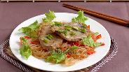 Фото рецепта Свиные медальоны в устричном соусе с лапшой