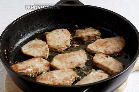 В растительном масле обжарить очищенное от маринада мясо. Примерно по 2 минуты с каждой стороны. Выложить на тарелку и накрыть, чтобы мясо находилось в тепле и не остыло.