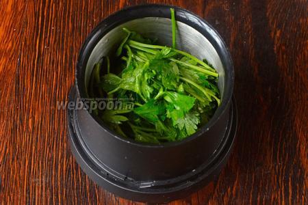Приготавливаем сначала нежный зелёный соус. Взбиваем в миксере или кофемолке сначала петрушку.