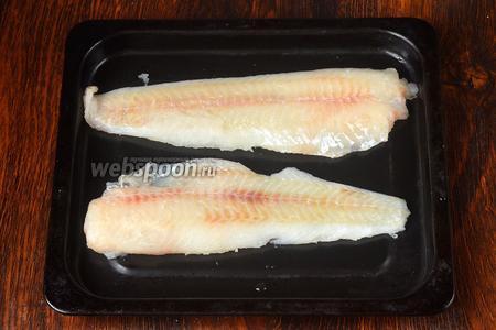 Рыбу выкладываем на противень, солим по вкусу.