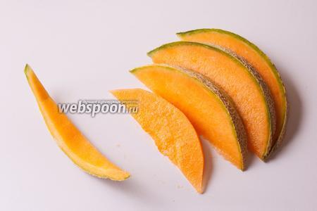 Очищенную от семян дыню нарезаем на дольки с максимальной толщиной «спинки» 2-3 сантиметра. Срезаем с них корку.