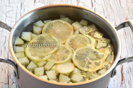 В кастрюлю с водой добавить подготовленную дыню и тонко порезанный лимон.