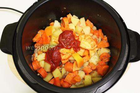 После стадии жарки, добавляем томатную пасту, нарезанный крупно болгарский перец, мускатный орех.
