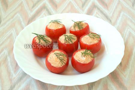 Наполнить сырной массой помидоры, украсить и сразу подавать. Приятного аппетита!