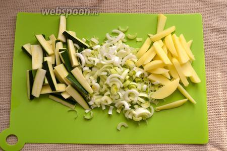 Лук-порей (белая часть стебля) нарезать полукольцами. Картофель очистить. Нарезать картофель и цукини брусочками...