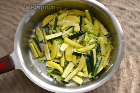 Следом добавить нарезанные цукини и картофель. Тушить овощи на слабом огне около 10 минут. Время от времени помешивать овощи, так как они не должны поджариться, а лишь потушиться до мягкости. В случае необходимости можно добавить немного воды.
