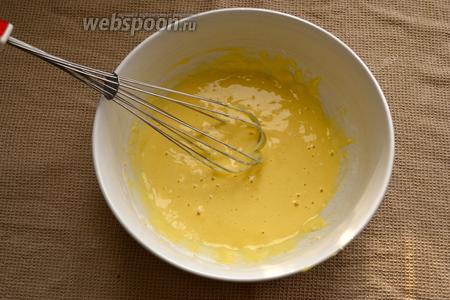 Отдельно приготовить тесто. Смешать все ингредиенты: яйца, муку, разрыхлитель, 3 ст. л. воды и добавить щепотку куркумы. Тесто должно получиться достаточно жидкое, как на оладьи.