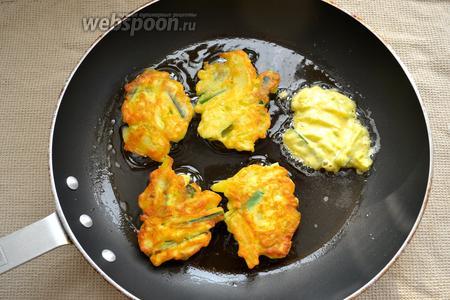 В сковороде разогреть оливковое масло (или привычное Вам другое растительное масло, например, арахисовое). Обжаривать пышки с двух сторон до золотистого цвета.