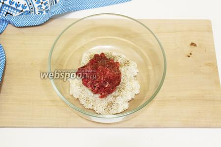 Начнём с приготовления начинки. Рис хорошо промоем. Отвариваем в подсоленной воде до готовности. Остужаем до комнатной температуры. Так как нам нужно приготовить тефтели, то рис, желательно, использовать круглозернистый, он более вязкий и клейкий. В глубокой посуде соединяем отваренный рис, натёртый на мелкой тёрке, твёрдый сыр, мясной фарш. Все ингредиенты хорошо перемешиваем, приправляем солью и молотым перцем. Мясной фарш можно использовать любой на ваше усмотрение.