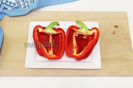 Болгарский перец используем крупного размера, с плотной мякотью. Для яркого вида я использовала перец красного цвета. Хорошо промоем, обсушим кухонным полотенечком. Разрезаем пополам, по всей длине перца, включая плодоножку.