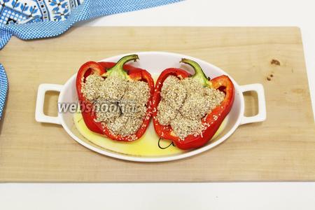 Болгарский перец, фаршированный кунжутными тефтелями готов. Посыпаем рубленым укропом. Сразу же, в горячем виде, подаём к столу со сметаной и свежими овощами, вкусно и с маринованными. Готовьте с удовольствием и приятного вам аппетита!