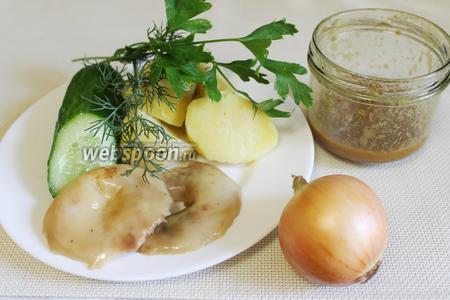 Для салата взять солёные грузди, отварной картофель, лук, огурец, соус винегрет, зелень.