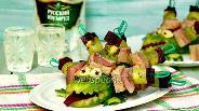 Фото рецепта Канапе с сельдью, свёклой и киви