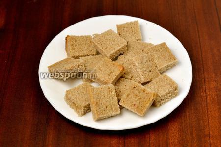Нарезаем хлеб квадратиками со стороной 2 см.