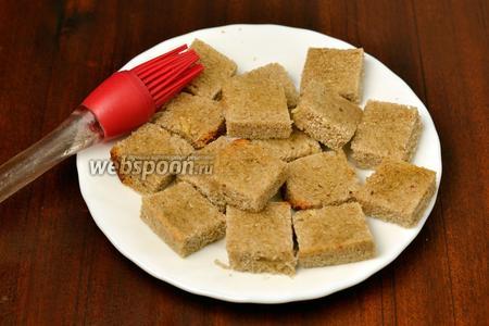 Сбрызгиваем или слегка смазываем хлеб с помощью кисточки подсолнечным маслом.