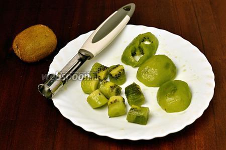 Очищаем киви, разрезаем вдоль пополам. С помощью ножа-вырубки для канапе или, как сделала я, ножом для удаления сердцевины яблок нарезаем киви небольшими цилиндрами.