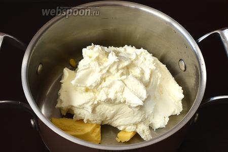 Поместить в кастрюлю сливочное масло и подготовленную творожную массу.