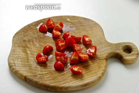 Порежьте помидоры на четвертинки.
