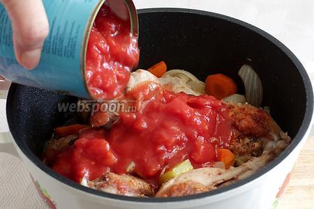 Добавить  нарезанные томаты без кожицы. Не забыть всыпать сахар, чтобы нейтрализовать кислоту. Тем, кто не любит кислые вкусы, можно добавить всего пару-тройку ложек  измельчённых томатов, а остальной объём долить водой. Закрыть крышкой и тушить 20 минут.