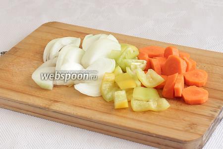 Крупную луковицу нарезать ломтями. Морковь — колечками, сладкий перец — кубиками.