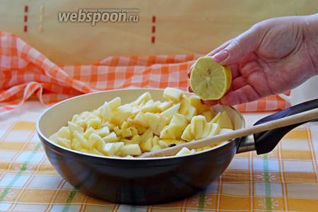 Добавить яблоки к тыкве, влить сок 1/2 лимона, перемешать. Начинка готова!!!