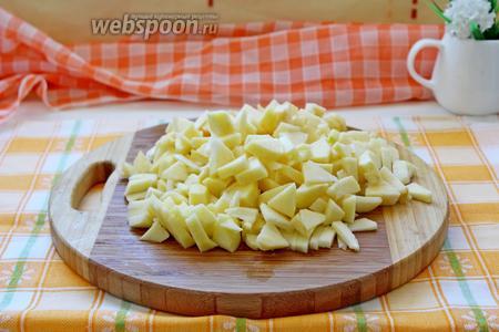 Яблоки очистить и нарезать небольшими кубиками.