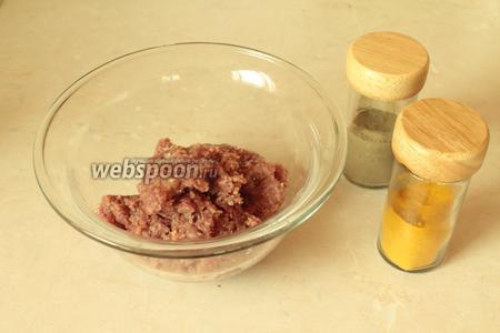 Для начинки берётся фарш средней жирности, прокрученный вместе с луком. Добавить туда соль, чёрный перец и по желанию 1 щепотку кукурмы. Хорошенько перемешать и желательно поставить на 10 минут в холод.