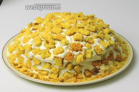 В заключение выкладываем бисквитные квадратики сверху на сливки. Сервируем наш итальянский торт «Мимоза». Приятного аппетита!