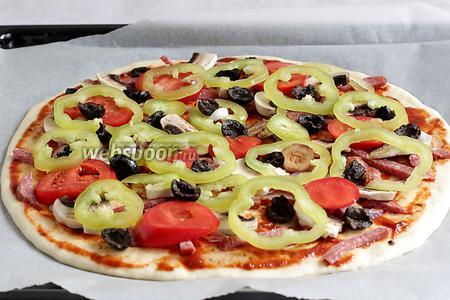 Добавить помидоры, перец и маслины.