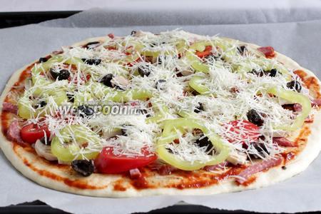 Посыпать тёртым сыром. Можно взять сыр помягче, но мне нравится пицца с Пармезаном. Выпекать 20 минут при 180°С. Пицца должна хорошо зарумяниться.