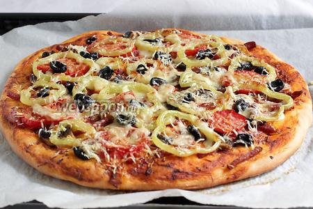 Готовую пиццу можно нарезать на порции и подавать. Приятного аппетита!