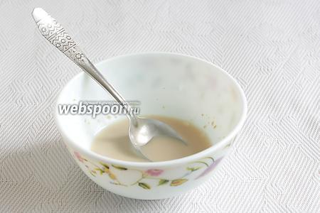 Дрожжи развести в тёплой воде и добавить щепотку сахара. Размешать и дать постоять несколько минут, чтобы дрожжи начали подниматься пышной шапочкой.