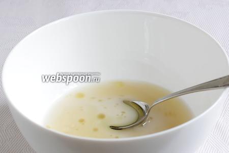 В миску налить тёплую воду, добавить дрожжи, сахар, соль, влить оливковое масло.