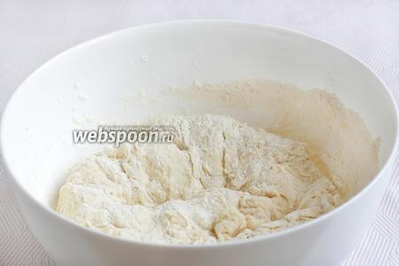 Постепенно всыпать муку и замесить мягкое тесто. Если оно сильно прилипает к рукам, то можно смазать руки оливковым маслом. Дать тесту подойти в течение 0,5-1 часа.