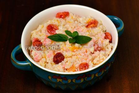 Раскладываем горячую кашу, добавляем по несколько ягод вяленой вишни, розеточку мяты, и можно наслаждаться нежным, богатым вкусом этого блюда.