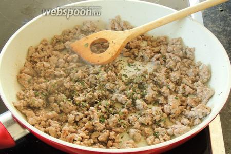 Разогреем ещё 1 ст. л. оливкового масла на сковороде и обжарим в нём на сильном огне по порциям бараний фарш. Вынимаем из сковороды и приправим.