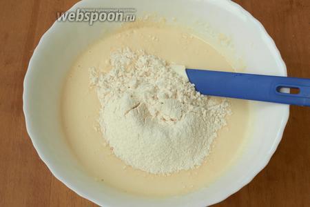 Затем добавить в тесто муку с разрыхлителем.