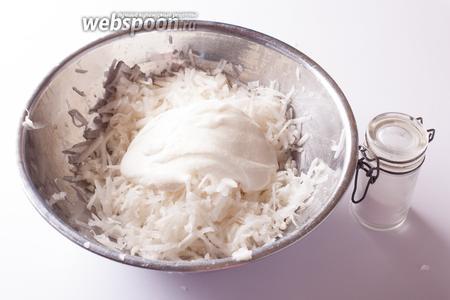 Заправляем сметаной и солью, перемешиваем. Перед сервировкой обязательно даём постоять минимум 5 минуток, чтобы вкусы компонентов перемешались.