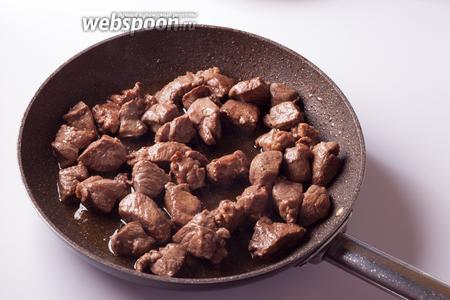 Духовку ставим на разогрев на 200°С. В смеси оливкового и растопленного сливочного масла обжариваем баранину, на сильном огне до того, что кусочки закоричневеют и перестанут выделять сок (масло в сковороде станет прозрачным). Это занимает приблизительно 10-12 минут.