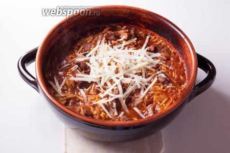 Перед сервировкой посыпаем баранину с макаронами тёртым сыром.