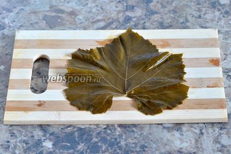 Виноградный лист разворачиваем гладкой стороной к себе.