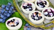 Фото рецепта Тарталетки сладкие из слоёного теста с виноградом и кокосом