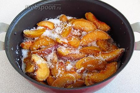 Персики пересыпать сахаром и оставить на 2 часа для выделения сока.