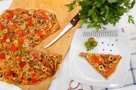 Пицца с тунцом и красной икрой на слоёном тесте